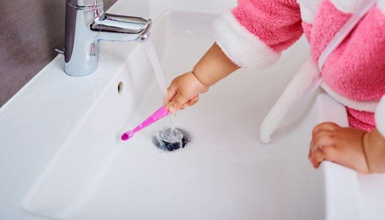 pierwsza pasta do zębów z fluorem